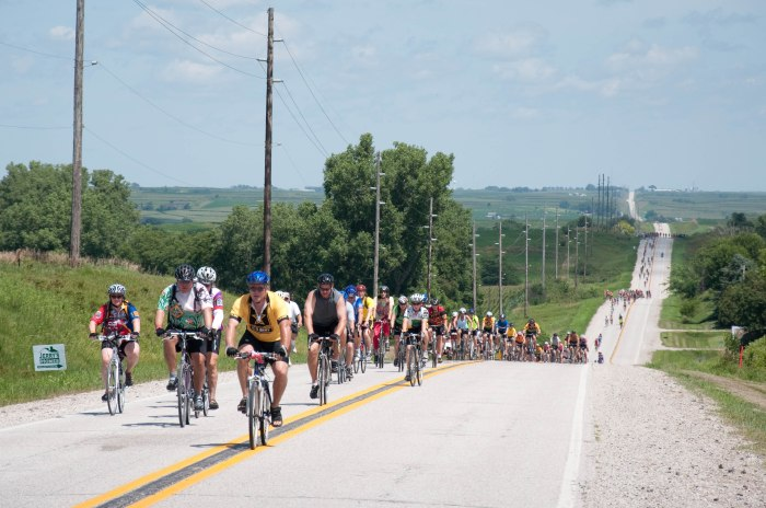 Cyclists ride through rural Iowa during RAGBRAI (Dave Herholz/Flickr)