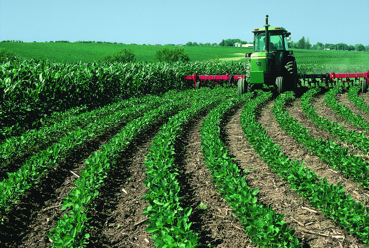 This farmer utilizes contour farming and conservation tillage techniques on his Warren County farm in 2011. (Wikimedia)