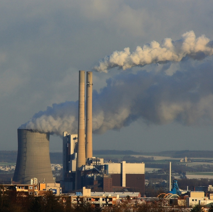 Emissions billow from the smokestacks of a facility in Heilbronn, Germany (dmytrok/Flickr)