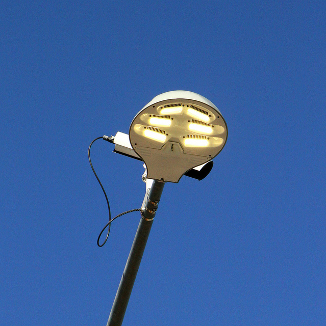 A LED street light in Tuscon, Arizona. (Bill Morrow/Flickr)
